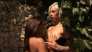 Deux bombasses nous font bander avec une bonne séance de sexe lesbien!