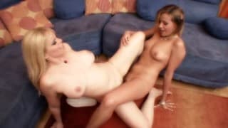 Lesbienne de 19 ans découvre les plaisirs du sexe entre femmes avec mature!
