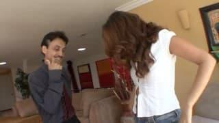 Lascar en rut se tape la fille de sa compagne dans le salon!