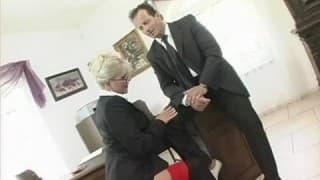 Blondasse offre séance de sexe hardcore à son boss pour une augmentation!