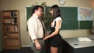 étudiante affamée s'offre une séance de sexe avec son prof!