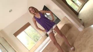 Belle blonde profite de la visite de son nouveau voisin pour se rassasier!