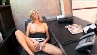 Blonde nympho s'envoit en l'air avec son collègue de travail!