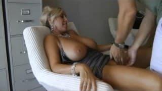 Une mature blonde s'éclate avec le sexe du gars