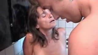 Une femme mature dans la cuisine