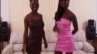 Deux ebonys qui jouent avec la même queue