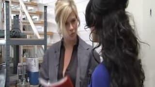 Des lesbiennes se fistent dans un magasin