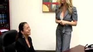 Une secrétaire enculée au bureau
