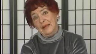 Une vielle femme rousse avec un gros gode