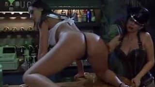 Des lesbiennes jouent avec de la cire