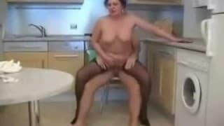 Une grand-mère qui aime se faire démonter
