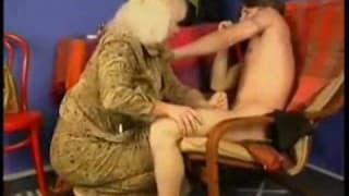 Un petit jeune se tape une vieille