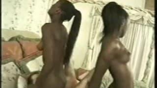 Deux soeurs africaines baisées par un blanc