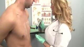 Une infirmière s'occupe de son sexe!