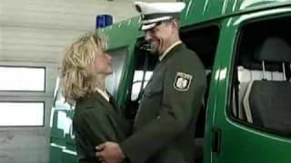 Une femme flic se fait baiser par un pote de boulot