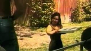 Une naine baise avec un noir!