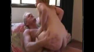 Une naine baise avec un mec mature