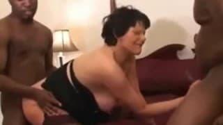 Une vieille femme se tape deux blacks en ruts