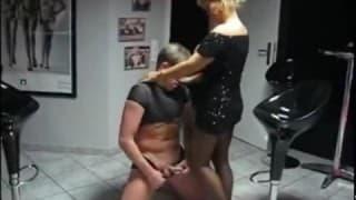 Un homme se fait dominer par une femme !