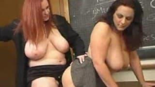 Un gode ceinture pour deux lesbiennes