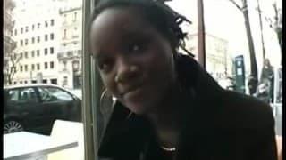 Une jeune black suce divinement bien