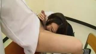 Belle étudiante orientale se fait plaisir avec un gode!