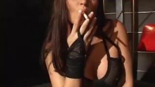 Une fumeuse avec un physique de rêve!