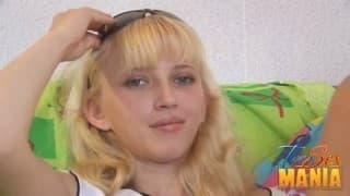 Deux blondes de 18 ans dans une partouze!