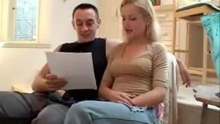 Il joue avec l'anus de sa copine pour la première