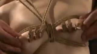 Il pince les tétons d'une asiatique