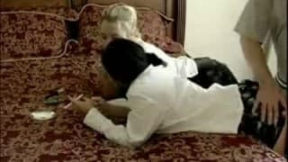 Installées sur le lit elle se font baiser