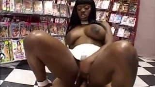 Elle prend son pied dans un sex-shop