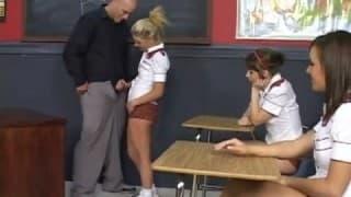 Un prof se fait branler par trois élèves