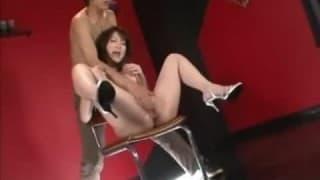 Cet homme en chaleur joue avec le vagin d'un asiatique