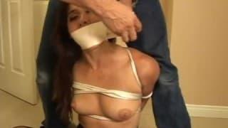 Une nana se fait torturer.