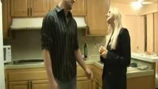 Elle prend un gode ceinture pour le sodomiser
