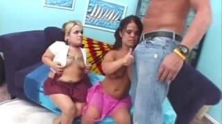 Il joue avec deux naines lesbiennes
