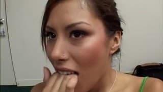 Une salope se gode devant un porno
