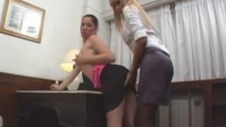 Une trans blonde avec un gros pénis