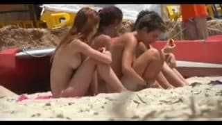 Des nudistes très sexy à la plage