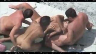 Des couples échangistes baisent sur une plage nudiste