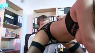 Une secrétaire baise avec son patron
