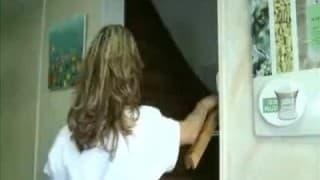 Une masseuse française suce la queue d'un patient
