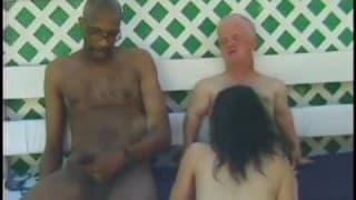 Une femme baise avec un nain et un beau black