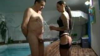 Elle domine son mari et il aime ça!