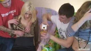 Deux jeunes couples s'échangent de partenaires