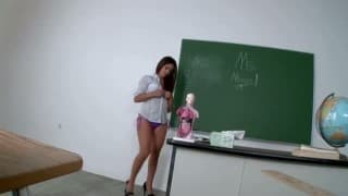 Du sexe anal de qualité avec une brune pulpeuse