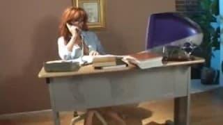 Cette secrétaire adore le foutre