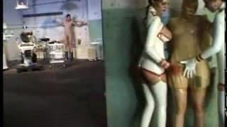 Une femme rousse qui adore le bondage