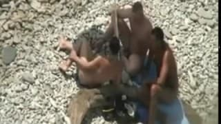 Un couple motivée à la plage